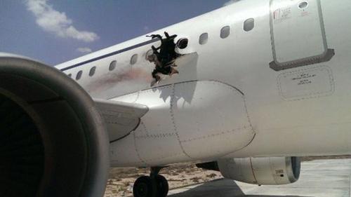 Lỗ hổng do bom gây ra trên máy bay củaDaallo Airlines. Ảnh: BBC