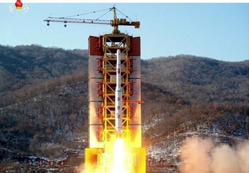 Hình ảnh vụ phóng tên lửa Triều Tiên trên kênh truyền hình KRT của nước này. Ảnh: Reuters