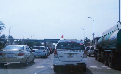 Dòng xe tải bị ùn ứ dưới chân cầu Rạch Miễu, phía bờ Bến Tre trưa mồng 8 Tết. Ảnh: Cưu Long