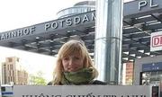 Cô gái Đức cầm biển 'Việt Nam yêu hòa bình'