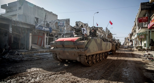 Xe bọc thép, xe tăng Thổ Nhĩ Kỳ đi trong thị trấn Ayn al-Arab (Kobani), Syria hồi tháng 2/2015. Ảnh: AP