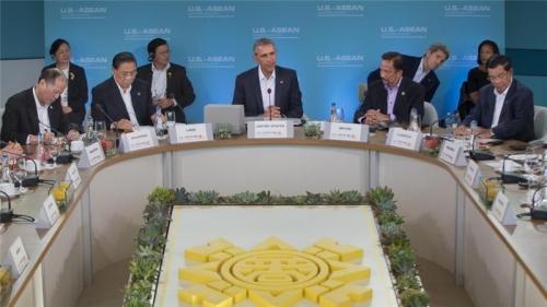 Tổng thống Mỹ Barack Obama (chính giữa) họp cùng các lãnh đạo Hiệp hội các Quốc gia Đông Nam Á (ASEAN) tại Sunnylands, bang California. Ảnh: AP