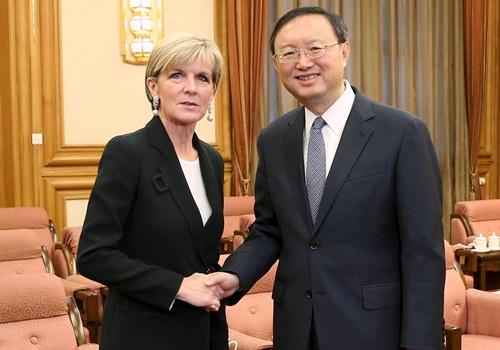 Ngoại trưởng Australia Julie Bishop và Ủy viên Quốc vụ Trung Quốc Dương Khiết Trì hôm nay gặp tại Bắc Kinh. Ảnh: Reuters
