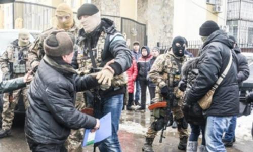 Đặc nhiệm Ukraine vàngười Việt xô xáttrong cuộc khám xét hôm 28/1.Ảnh:Prawwwda