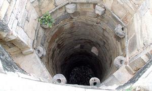 Sống sót 9 ngày dưới giếng bằng cách uống nước tiểu