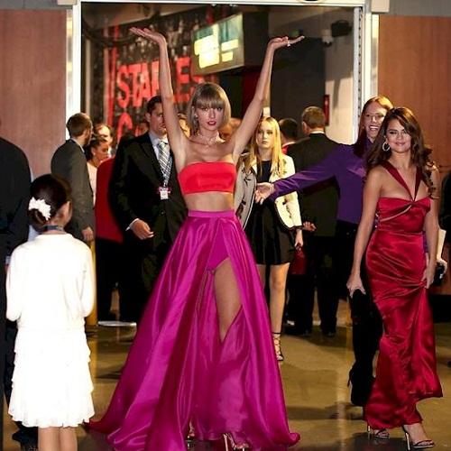 Tạo dáng 'độc lạ' của Taylor Swiff nhanh chóng trở thành đề tài chế ảnh của cư dân mạng.
