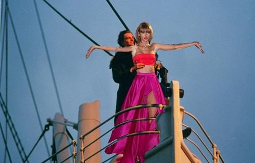 Tạo dáng lãng mạn bên cạnh anh chàng Jack trong phim Titanic.