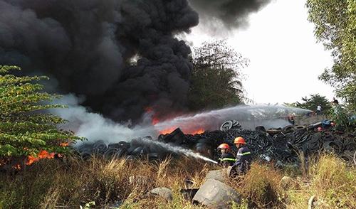 Trong bãi phế liệu chứa nhiều vỏ ô tô nên đám cháy bùng lên dữ dội. Ảnh: Phước Tuấn