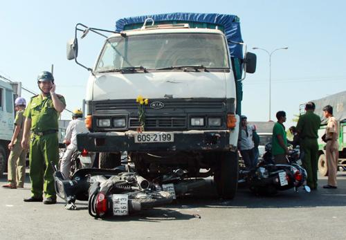 Các xe máy bị xe tải đâm nằm la liệt. Ảnh: Hải Hiếu