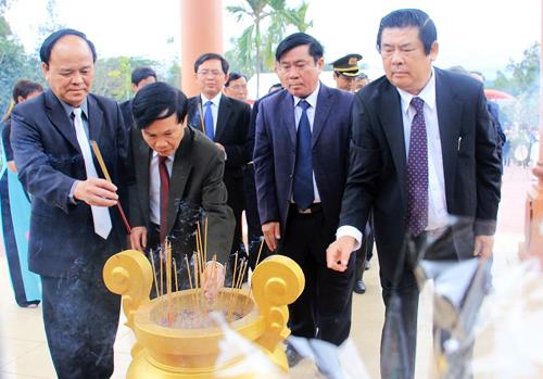 nguoi-han-quoc-thap-huong-ta-loi-trong-ky-niem-50-nam-vu-tham-sat-go-dai