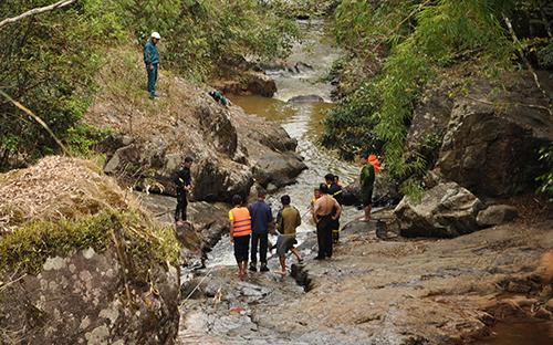 Lực lượng cứu hộ đang tìm kiếm các nạn nhân. Ảnh: Khánh Hương