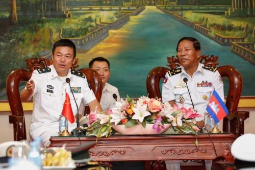 Chuẩn đô đốc hải quân Trung Quốc Yu Manjiang và Tea Vinh, tư lệnh hải quân Campuchia, hôm 24/2 nói trong cuộc gặp với Chuẩn đô đốc hải quân Trung Quốc Yu Manjiang.