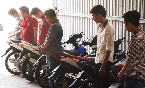 Nhóm thanh niên phóng môtô tôc độ cao gây khiếp vía nhiều người dân Cần Thơ vào đêm qua. Ảnh: Cửu Long