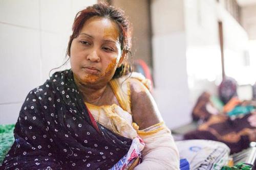 cai-nhau-vat-chong-tat-axit-vao-mat-vo-o-bangladesh