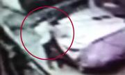 Trộm bẻ gương Mercedes phủ bạt trong 3 giây ở Sài Gòn