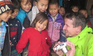 Hai người nước ngoài đi bộ 7.000 km gây quỹ cho trẻ em Việt Nam