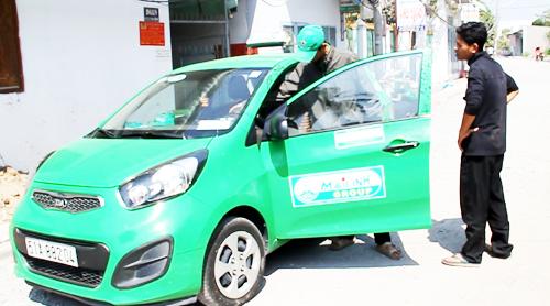 Sợ bị truy đuổi, 2 tên cướp bỏ lại xe taxi trong con hẻm nhỏ ở Cần Thơ. Ảnh: Cửu Long