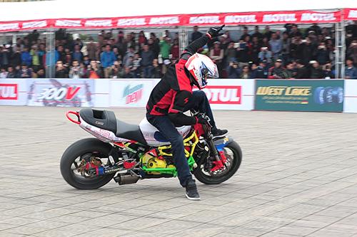 biker-viet-tranh-tai-moto-mao-hiem-tai-ha-noi-2