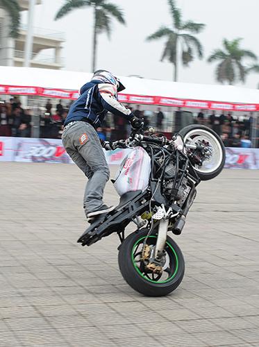 biker-viet-tranh-tai-moto-mao-hiem-tai-ha-noi-4