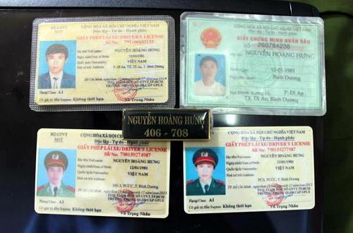 Nhiều giấy phép lái xe được Hưng sử dụng với trang phục giả danh công an. Ảnh: Báo Đồng Nai