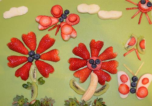 Bức tranh trái cây mẹ An làm đãi ông bà nội TT ăn tráng miệng.
