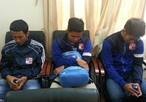 Các cầu thủ của đội Đồng Nai tại cơ quan công an. Ảnh: Việt Dũng