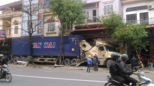 container-huc-loat-cay-xanh-nam-gon-tren-via-he