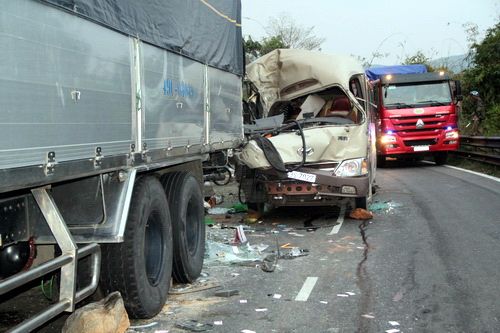 Hiện trường vụ tai nạn trên đèo Bảo Lộc chiều nay. Ảnh: Hoài Thanh