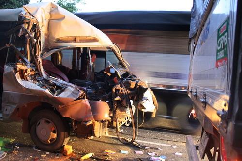 Xe khách bẹp rúm sau cú tông vào đuôi xe tải đang dừng bên đường. Ảnh: Hoài Thanh