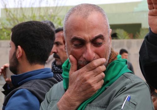 Cha của bé Fatima Samir khóc trong tang lễ của con. Ảnh: AFP