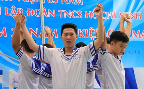 hoc-sinh-sai-gon-chao-co-tuong-niem-gac-ma-1