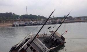 Tàu du lịch đắm trên vịnh Hạ Long