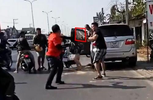 Hình ảnh nhóm phượt (áo cam) laovào đánh tài xế ô tô sau va quẹt. Ảnh: Cắt từ clip