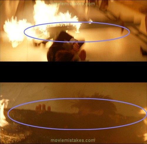 Miếng gỗ bị cháy có khả năng 'phi thân' từ chân lên đến cổ của người Dơi.