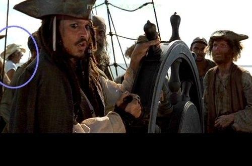 Thuyền trưởng Jacks có vẻ vẫn chưa hay biết sự có mặt của một vị khách ăn mặc thời trang ngay trên tàu của ông.