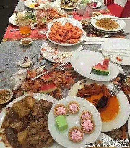 khach-trung-quoc-gay-sung-sot-vi-dung-dia-xuc-tom-an-buffet-2