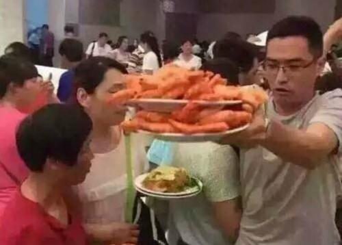 khach-trung-quoc-gay-sung-sot-vi-dung-dia-xuc-tom-an-buffet-1