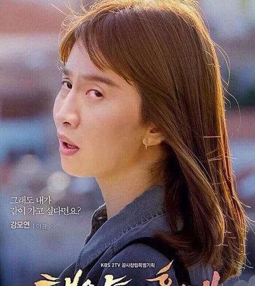 Bác sĩ Lee Mo Yoen (tên ghép của Lee Kwang Soo và Kang Mo Yoen) khoe vẻ đẹp 'không góc chết'.