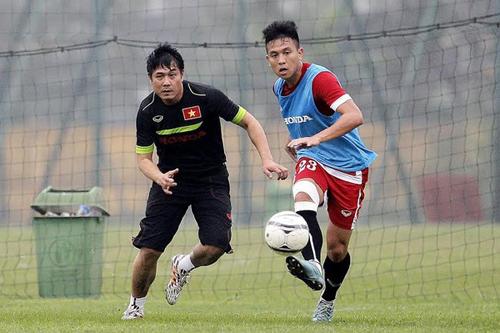 HLV Hữu Thắng chơi bóng cùng các học trò.