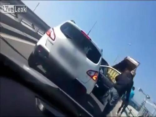 Đang di chuyển, đột ngột chiếc xe tải dừng lại và tự động đổ đất ra giữa đường làm tắc nghẽn giao thông.
