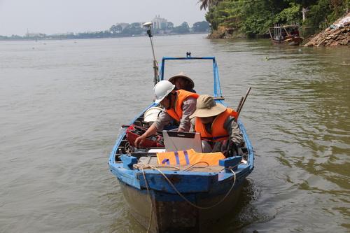 Cơ quan chức năng khảo sát đáy sông xung quanh khu vực tai nạn. Ảnh: Phước Tuấn