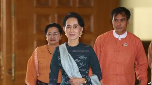 Bà Aung San Suu Kyi (giữa), lãnh đạo đảng NLD. Ảnh: AP