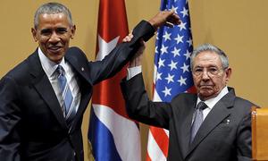 Cái bắt tay 'trọng tài quyền anh' giữa Obama - Castro