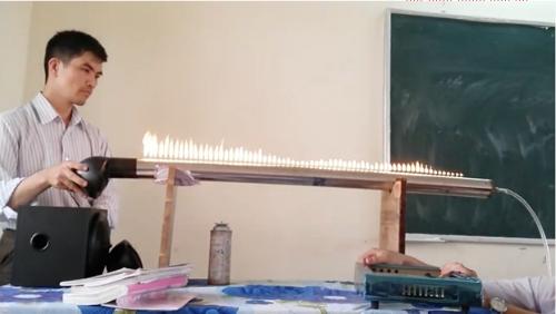 Thầy Thàng đang bật nhạc, tạo hiệu ứng minh hoạ cho sóng âm thanh bằng chuyển động của những ngọn lửa.