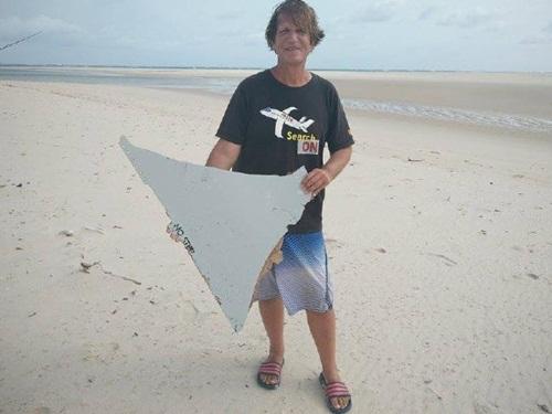 Blaine Gibson cầm mảnh vỡ ông tìm thấy ở Mozambique. Ảnh: News.com.au