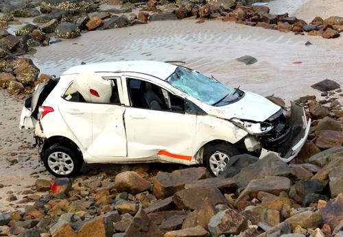 Ôtô bay xuống bãi đá dưới biển Vũng Tàu. Ảnh: Xuân Thắng