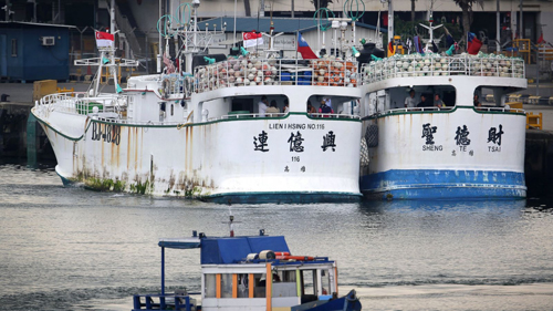 [Caption]sai, whose home port is in southern Taiwan, are docked at the Jurong Fishery Port in Singapore Thursday, March 24, 2016. Taiwan has demanded an explanation from Indonesia after the two Taiwanese fishing boats were allegedly fired on by an Indon