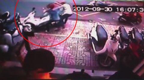 Tên trộm bị một nữ nhân viên lao ra đánh tới tấp nên đã quăng xe bỏ chạy. Ảnh chụp từ clip