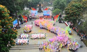 Bản đồ Việt Nam đầy màu sắc bên hồ Hoàn Kiếm