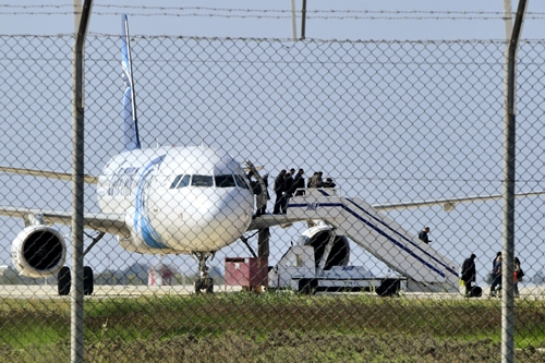 Phi cơ EgyptAir bị không tặc khống chế ở sân bay thành phố Larnaca, Cyprus. Ảnh: Reuters.